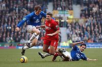 Fotball<br /> Premier League 2004/05<br /> Everton v Liverpool<br /> 11. desember 2004<br /> Foto: Digitalsport<br /> NORWAY ONLY<br /> STEVEN GERRARD LIVERPOOL IS TACKLED BY TIM CAHILL & KEVIN KILBANE EVERTON