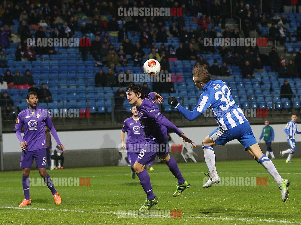 Martin Pusic (Esbjerg) i luften foran Stefan Savic (Fiorentina).
