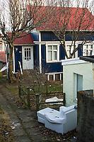 A house by Hverfisgata, 101 Reykjavík. An old sofa outside. Húsasund á Hverfisgötunni.