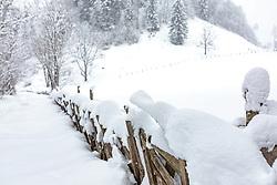 THEMENBILD - ein traditioneller Pinzgauer Holzzaun mit Schnee bedeckt, aufgenommen am 03. Februar 2018, Kaprun, Österreich // a traditional Pinzgauer wooden fence covered with snow on 2018/02/03, Kaprun, Austria. EXPA Pictures © 2018, PhotoCredit: EXPA/ Stefanie Oberhauser