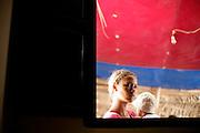 Uma jovem segura um bébé num bar na Fajã da Água.