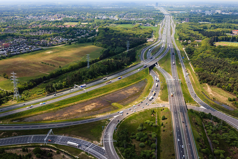 Nederland, Noord-Brabant, Eindhoven, 27-05-2013; Randweg Eindhoven. Knooppunt Leenderheide, verkeersknooppunt van A2 en A67.  Gezien naar het westen, richting Veldhoven. Het oorspronkelijke verkeersplein, met stoplichten, maakt deel uit van het knooppunt.<br /> View on roundabout and traffic junction Leenderheide near Eindhoven, A67 connecting one of the main motorways of the Netherlands A2. <br /> luchtfoto (toeslag op standard tarieven);<br /> aerial photo (additional fee required);<br /> copyright foto/photo Siebe Swart.