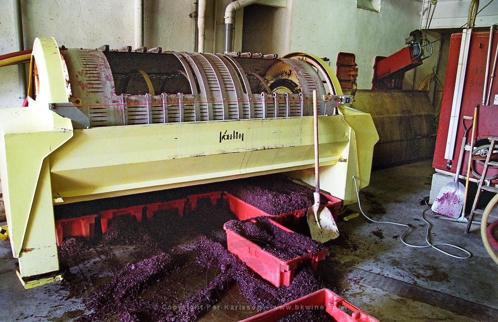 horisontal vaslin grape press emptying press residue domaine de cabasse rhone france
