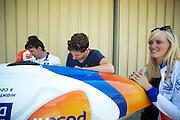 Teamleden repareren schade die ontstaan is na een val. Het Human Power Team Delft en Amsterdam (HPT), dat bestaat uit studenten van de TU Delft en de VU Amsterdam, is in Amerika om te proberen het record snelfietsen te verbreken. Momenteel zijn zij recordhouder, in 2013 reed Sebastiaan Bowier 133,78 km/h in de VeloX3. In Battle Mountain (Nevada) wordt ieder jaar de World Human Powered Speed Challenge gehouden. Tijdens deze wedstrijd wordt geprobeerd zo hard mogelijk te fietsen op pure menskracht. Ze halen snelheden tot 133 km/h. De deelnemers bestaan zowel uit teams van universiteiten als uit hobbyisten. Met de gestroomlijnde fietsen willen ze laten zien wat mogelijk is met menskracht. De speciale ligfietsen kunnen gezien worden als de Formule 1 van het fietsen. De kennis die wordt opgedaan wordt ook gebruikt om duurzaam vervoer verder te ontwikkelen.<br /> <br /> The team repaires damages caused by a crash. The Human Power Team Delft and Amsterdam, a team by students of the TU Delft and the VU Amsterdam, is in America to set a new  world record speed cycling. I 2013 the team broke the record, Sebastiaan Bowier rode 133,78 km/h (83,13 mph) with the VeloX3. In Battle Mountain (Nevada) each year the World Human Powered Speed Challenge is held. During this race they try to ride on pure manpower as hard as possible. Speeds up to 133 km/h are reached. The participants consist of both teams from universities and from hobbyists. With the sleek bikes they want to show what is possible with human power. The special recumbent bicycles can be seen as the Formula 1 of the bicycle. The knowledge gained is also used to develop sustainable transport.
