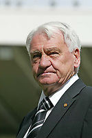 Fotball<br /> Foto: SBI/Digitalsport<br /> NORWAY ONLY<br /> <br /> Newcastle United v Tottenham Hotspurs<br /> Barclays Premiership, St James Park, Newcastle upon Tyne 21/08/2004.<br /> <br /> Newcastle's manager, Sir Bobby Robson, contemplates the season ahead.