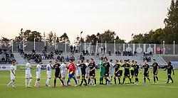 De to hold hilser på hinanden før kampen i 1. Division mellem FC Helsingør og Vendsyssel FF den 18. september 2020 på Helsingør Stadion (Foto: Claus Birch).
