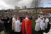 25 mars 2016: Parc des berges les fidèles, en présence de Msgr Lalanne évêque de Pontoise, suivent le chemin de croix qui se rendra jusqu'a la basilique Saint Denys d'Argenteuil. Argenteuil, 95. France