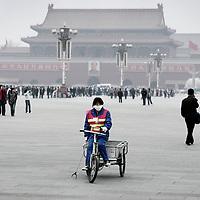 China,Beijing ,maart 2008..Stratenveger op Tinamin plein met op de achtergrond De Verboden Stad.