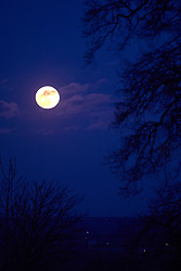 © Licensed to London News Pictures. 31/01/2018. BRILL, UK.  A rare super blue moon rising over Brill in Buckinghamshire taken on the evening of Wednesday 31 January 2018.  Photo credit: Cliff Hide/LNP
