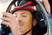 Andrea Gallo zit klaar voor de kwalificaties op maandagochtend. Het Human Power Team Delft en Amsterdam (HPT), dat bestaat uit studenten van de TU Delft en de VU Amsterdam, is in Amerika om te proberen het record snelfietsen te verbreken. In Battle Mountain (Nevada) wordt ieder jaar de World Human Powered Speed Challenge gehouden. Tijdens deze wedstrijd wordt geprobeerd zo hard mogelijk te fietsen op pure menskracht. Het huidige record staat sinds 2015 op naam van de Canadees Todd Reichert die 139,45 km/h reed. De deelnemers bestaan zowel uit teams van universiteiten als uit hobbyisten. Met de gestroomlijnde fietsen willen ze laten zien wat mogelijk is met menskracht. De speciale ligfietsen kunnen gezien worden als de Formule 1 van het fietsen. De kennis die wordt opgedaan wordt ook gebruikt om duurzaam vervoer verder te ontwikkelen.<br /> <br /> The Human Power Team Delft and Amsterdam, a team by students of the TU Delft and the VU Amsterdam, is in America to set a new world record speed cycling.In Battle Mountain (Nevada) each year the World Human Powered Speed Challenge is held. During this race they try to ride on pure manpower as hard as possible. Since 2015 the Canadian Todd Reichert is record holder with a speed of 136,45 km/h. The participants consist of both teams from universities and from hobbyists. With the sleek bikes they want to show what is possible with human power. The special recumbent bicycles can be seen as the Formula 1 of the bicycle. The knowledge gained is also used to develop sustainable transport.