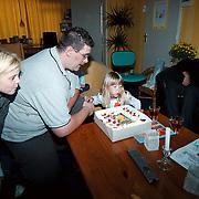 Linda Janssen verjaardag 6 jaar, uitblazen kaarsen taart