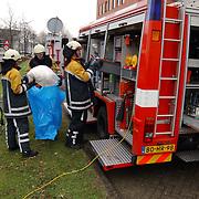 Ongeval met beknelling Huizermaatweg Huizen, rommel opruimen brandweer