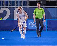 TOKIO - Gauthier Boccard (Bel) met scheidsrechter Coen van Bunge ,  tijdens de hockey finale mannen, Australie-Belgie (1-1), België wint shoot outs en is Olympisch Kampioen,  in het Oi HockeyStadion,   tijdens de Olympische Spelen van Tokio 2020. COPYRIGHT KOEN SUYK