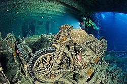 Schiffswrack SS Thistlegorm, Taucher im Schiffs Wrack Mit Motorrad, Shipwreck SS Thistlegorm, Schuba diver inside the Ship wreck near the Motorcycle, Rotes Meer, Ägypten, Red Sea Egypt