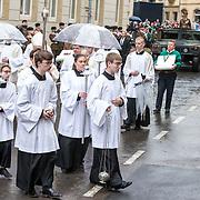 LUX/Luxemburg/20190504 - Funeral of HRH Grand Duke Jean/Uitvaart Groothertog Jean, Misdienaars begeleiden de kist