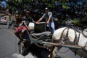 Belo Horizonte_MG, Brasil...Homens carregando uma televisao na charrete em uma rua em Belo Horizonte, Minas Gerais...Men charging a television in chariots in the street in Belo Horizonte, Minas Gerais...Foto: LEO DRUMOND /  NITRO