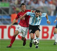 Fotball, 21. juni 2005, Confederations Cup 2005 Argentina - Tyskland,<br /> v.l. Bernd SCHNEIDER, Lucas BERNARDI Argentinien<br /> Norway only