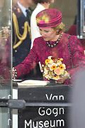 Koningin Sonja van Noorwegen en prinses Beatrix hebben woensdag in Amsterdam een expositie geopend rond de Noorse kunstenaar Evard Munch (1863-1944). In het Van Gogh Museum in Amsterdam zijn tientallen schilderijen en tekeningen van Munch te zien, waaronder het beroemde werk 'De Schreeuw'. <br /> <br /> Queen Sonja of Norway and Princess Beatrix in Amsterdam on Wednesday opened an exhibition of the Norwegian artist Evard Munch (1863-1944). In to see the Van Gogh Museum in Amsterdam are dozens of paintings and drawings by Munch, including the famous painting The Scream.<br /> <br /> Op de foto / On the photo:  Koningin Sonja van Noorwegen tekent het gastenboek bij vertrek / Queen Sonja of Norway signs the guest book at departure