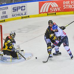 Mannheims Andrew Desjardins (Nr.84) scheitert an Krefelds Dimitri Paetzold (Nr.32) und Krefelds Torsten Ankert (Nr.81)   im Spiel in der DEL, Krefeld Pinguine (schwarz) – Adler Mannheim (weiss).<br /> <br /> Foto © PIX-Sportfotos.de *** Foto ist honorarpflichtig! *** Auf Anfrage in hoeherer Qualitaet/Aufloesung. Belegexemplar erbeten. Veroeffentlichung ausschliesslich fuer journalistisch-publizistische Zwecke. For editorial use only.