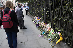 © Licensed to London News Pictures. 05/08/2016. London, UK. People look at floral tributes on the pavement at the spot in Russell Square where American Darlene Horton was killed and five others were injured. A Norwegian man of Somali heritage has been arrested.  Photo credit: Peter Macdiarmid/LNP