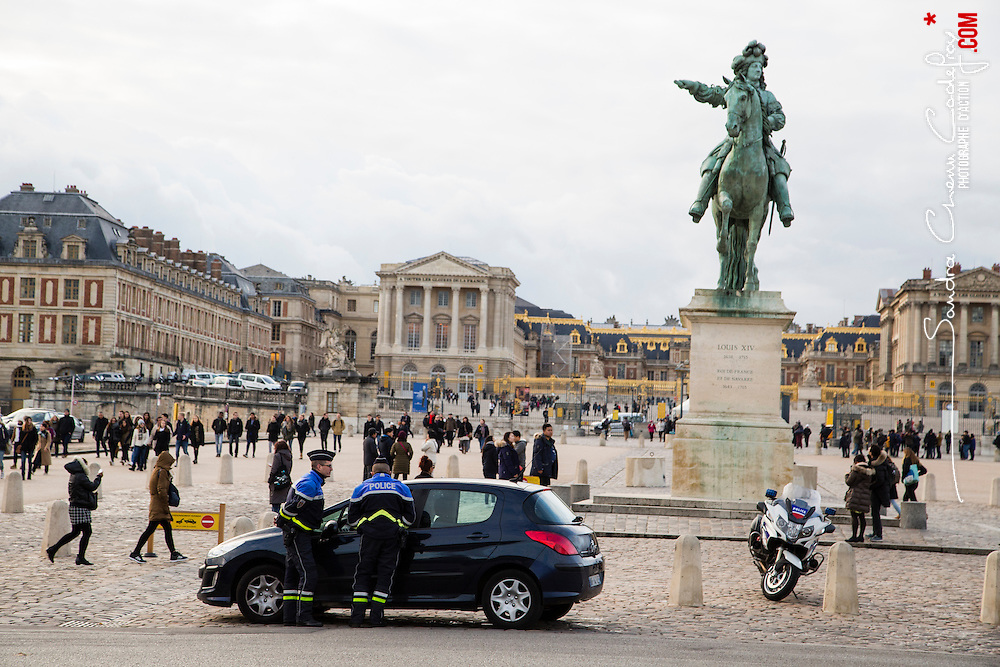 Patrouille de policiers motocyclistes de la FMUD 78 (Formation Motocycliste Urbaine Départementale). Déplacements à moto, contrôles de véhicules. <br /> Novembre 2016 / Le Chesnay (78) / FRANCE<br /> Voir le reportage complet (85 photos) http://sandrachenugodefroy.photoshelter.com/gallery/2016-10-Motards-police-FMUD-78-Complet/G0000RW3LK.yL2TY/C0000yuz5WpdBLSQ