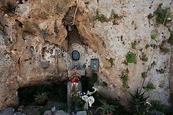 San Vito, frazione di Polignano a Mare (BA), aprile 2013..La frazione di San Vito dista 2,85 chilometri dal medesimo comune di Polignano a Mare cui essa appartiene..L'Abbazia di San Vito sorge a circa 3 km. dal centro abitato, verso Bari, nella suggestiva località omonima, dotata di un porto naturale, che nel corso dei secoli fu una meta preferita di popolazioni straniere e invasori. Secondo la leggenda, su queste sponde vi approdò, nel'801, la nave della principessa Florenza con le reliquie del corpo di San Vito e dei suoi precettori, Modesto e Crescenza, spoglie che sarebbero rimaste custodite dalla comunità monastica basiliana, residente nelle grotte sottostanti l'attuale abbazia. Dal XIV al XVIII secolo, l'abbazia fu la dimora dei Frati Minori conventuali dei SS. Apostoli e nel 1785, diventò parte dei beni del Regio Demanio. Successivamente, nel 1866, lo Stato ha venduto tale complesso ai marchesi La Greca, attuali proprietari. Al complesso monastico è annessa una piccola chiesetta di stile romanico ben conservata, che presenta tre navate, separate da regolari pilastri.