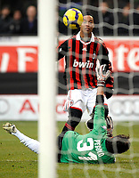 Ronaldinho (Milan) e Gianluca Pegolo (Siena)<br /> Milano 17/01/2010 Stadio Giuseppe Meazza San Siro<br /> Milan Siena - Campionato di calcio Serie A Tim 2009-10.<br /> Foto Giorgio Perottino / Insidefoto