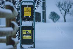 THEMENBILD - eine Hundestation mit Kotbeutel und Mülleimer bei Neuschnee neben einem Gehweg. Schilder weisen auf die Leinenpflicht hin, aufgenommen am 03. Dezember 2020, Kaprun, Österreich // a dog station with a bag of excrement and a rubbish bin next to a pavement in fresh snow. Signs point out the obligation to keep your dog on a leash on 2020/12/03, Kaprun, Austria. EXPA Pictures © 2020, PhotoCredit: EXPA/ Stefanie Oberhauser