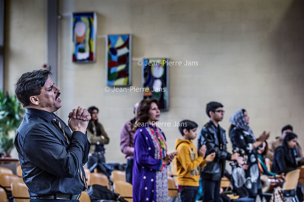 Nederland, Amsterdam, 31 januari 2016.<br /> <br /> Pakistaanse Christelijke dienst in de Protestantse Bethelkerk in Amsterdam.<br /> de Urdu-gemeente: een christelijke geloofsgemeenschap van Pakistaanse migranten. De leden wonen verspreid over het land. Iedere zondag wordt er zowel in Amsterdam als in Rotterdam een dienst gehouden. <br /> <br /> Pakistani Christian church service in the Bethelkerk in Amsterdam, the Netherlands. The Urdu community is a Christian religious community of Pakistani migrants.<br /> <br /> Foto: Jean-Pierre Jans