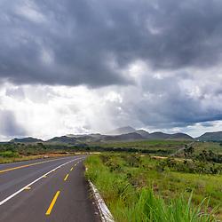 Estrada (Rodovia) fotografado no Parque Nacional da Chapada dos Veadeiros - Goiás. Bioma Cerrado. Registro feito em 2015.<br /> ⠀<br /> ⠀<br /> <br /> <br /> <br /> <br /> <br /> ENGLISH: Road photographed in Chapada dos Veadeiros National Park - Goias. Cerrado Biome. Picture made in 2015.