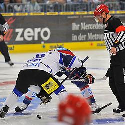 Eroeffnungsbully des Spiel in der neuen Saison von Schwenningens Tyler Beechey (Nr.10) gegen Mannheims Cristoph Ullmann (Nr.47)  beim Spiel in der DEL, Adler Mannheim - Schwenninger Wild Wings.<br /> <br /> Foto © Ice-Hockey-Picture-24 *** Foto ist honorarpflichtig! *** Auf Anfrage in hoeherer Qualitaet/Aufloesung. Belegexemplar erbeten. Veroeffentlichung ausschliesslich fuer journalistisch-publizistische Zwecke. For editorial use only.