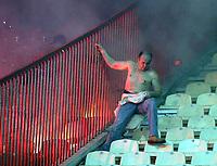 Fotball<br /> Serbia<br /> 02.12.2007<br /> Foto: imago/Digitalsport<br /> NORWAY ONLY<br /> <br /> Opptøyer i forbindelse med Røde Stjerne og Hajduk Kula<br /> <br /> Zivilbeamter rettet sich schwer gezeichnet hinter einer Absperrung vor den Schlägen von Fans von Roter Stern Belgrad