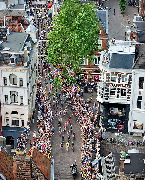 Nederland, Brouwersdam, 05-07-2015.<br /> Wielrennen, Tour de France.<br /> Etappe van Utrecht naar Neeltje Jans.<br /> Het peloton gaat door de Zadelstraat onder de Dom Toren door.<br /> Foto: Klaas Jan van der Weij