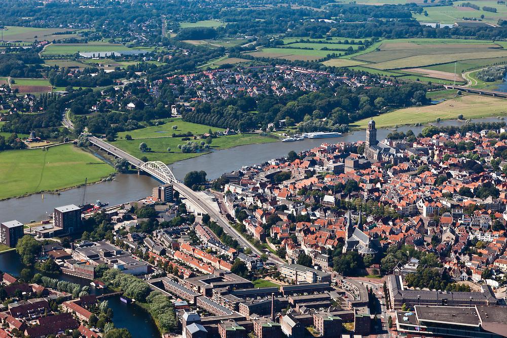 Nederland, Overijsssel, Deventer, 06-09-2010; IJssel, met de wijk het Pothoofd in de voorgrond. Rechts van het midden de binnenstad met Sint-Lebuïniskerk. Op de westelijke (linker) IJsseloever, tussen beide bruggen, de wijk De Hoven (of de Worp), in kader van Ruimte voor de Rivier moet hier een hoogwatergeul aangelegd worden.IJssel, with the district Pothoofd in the foreground. In the town centre St. Lebuïniskerk. On the western (left) shore, between the two bridges, a flood channel will be build to reduce the water level during heigh waters.luchtfoto (toeslag), aerial photo (additional fee required).foto/photo Siebe Swart