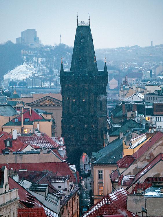 Blick vom Turm des Altstaedter Rathaus auf das Prager Stadtpanorama und die Celetna Straße welche im Vordergrund beginnt und am Pulverturm (im Hintergrund) ended.  <br /> <br /> View from Old Town City Hall at Old Town Square to Celetna Street and the Powder Tower (Prasna brana) in the city center of Prague.