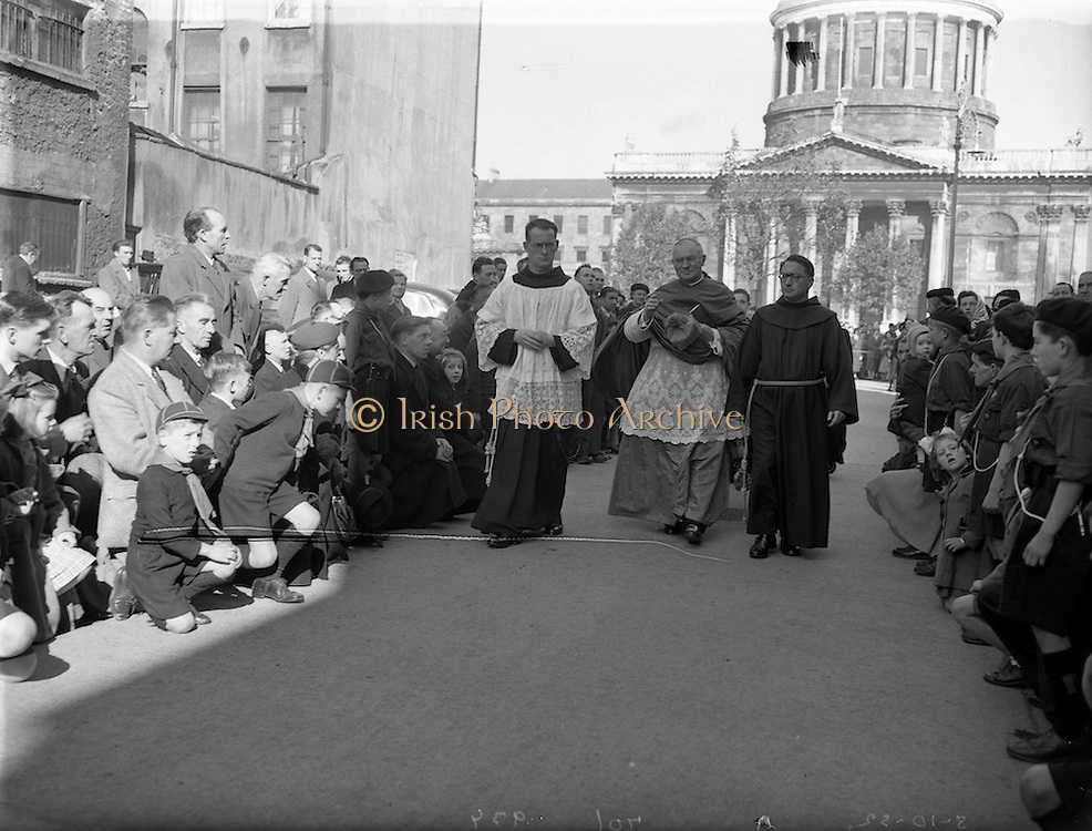 05/10/1952<br /> 10/05/1952<br /> 05 October 1952<br /> Franciscan Church, Merchant's Quay, Novena Mass.<br /> His Excellency Gerald O'Hara, Papal Nuncio, entering the friary. The Nuncio was at the Friary on Merchants Quay, Dublin to preside over one of the Novena Masses.