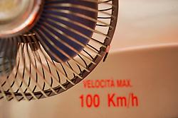 La rete ferroviaria secondaria della Penisola Salentina, costituita il 1° luglio 1931, rappresenta l'organico raggruppamento delle linee già esercitate dalla Società per le Ferrovie Salentine e dalla Società per le Ferrovie Sussidiate, integrate da due tronchi esercitati dalle Ferrovie dello Stato..Nell'ottobre dello stesso anno, l'esercizio della rete ferroviaria così costituita viene concessa alla Società per le Ferrovie Sud-Est..Le aree pugliesi attraversate dalla società ferroviaria sono l'area barese, la fascia Taranto-Brindisi e l'area leccese-Salentina, collegando fra loro i capoluoghi di Bari, Taranto e Lecce, nonché 85 comuni..Il reportage fotografico sulle Ferrovie Sud Est intende testimoniare l'evoluzione tecnologica che, durante gli anni, ha modificato e migliorato il servizio ferroviario e la convivenza del progresso con tracce del passato, attraverso un viaggio tra le stazioni e i depositi..