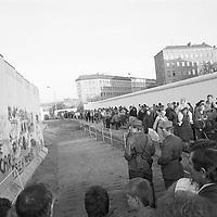 In einer Mischung aus Belustigung und einem großen Fragezeichen versuchen sich die Soldaten des Ostens mit den Graffiti, für sie Schriftzeichen des Westens vertraut zu machen. Was haben sie wohl gedacht? Eh Mann, schreiben die hier alle so?