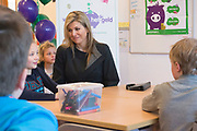 Koningin Maxima luidt op basisschool De Twaalfruiter de schoolbel voor de start van de zesde editie van de Week van het geld<br /> <br /> Queen Maxima at the primary school De Twaalfruite The Queen rings the school bell for the start of the sixth edition of Money Week<br /> <br /> Op de foto / On the photo:  Koningin Maxima tijdens een gastles over geld op basisschool  ///  Queen Maxima during a guest lecture about money at school
