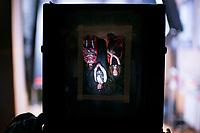 """16.02.2013 Bialystok Warsztaty fotografii technika mokrego kolodionu prowadzone w Muzeum Wojska przez bialostockiego fotografa Andrzeja Gorskiego, ktory wymyslil projekt """"Powstanie Styczniowe - fotografie na kolodionie"""" . Przy pomocy tej XIX w techniki fotograficznej uwiecznial miejsca bitew i potyczek z okresu Powstania a takze grupy rekonstrukcji historycznych z tego okresu. Na swoj projekt dostal stypendium Ministra Kultury N/z widok przez matowke miechowago aparatu wykorzystywanego przez fotografa tzw obraz odwrocony fot Michal Kosc / AGENCJA WSCHOD"""
