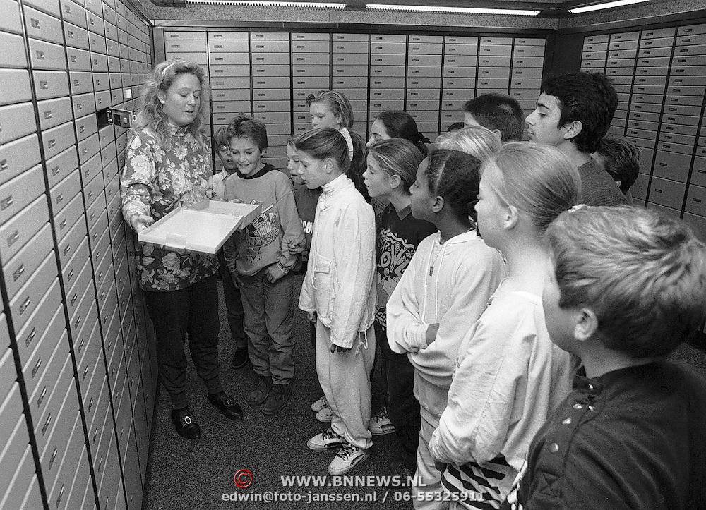Rondleiding jeugd in de kluis bij de Rabobank Gooierserf Huizen, kinderen, school, safe, medewerkster,