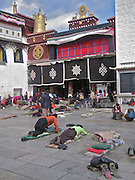The jokhang temple is one of the most important religious center in entire Tibet. The tourists throng this place in large numbers, even larger number of pilgrim also visit the temple throughout the year. Jokhang Temple, built in 647 AD, is located in Central Lhasa in Tibet and covers an area of around 25 sq. km. It is an important pilgrim destination for Tibetans.