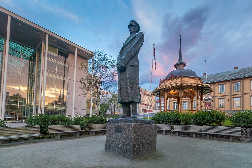 Rådhusplassen i Tromsø en sommerkveld. OBS: Statue sentralt i bildet, sjekk evt. lisensbehov fra BONO ved publisering.