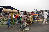 26 SEP 2006, KINSHASA/CONGO:<br /> Strassenszene mit Marktstaenden an denen Obst verkauft wird, einer Strasse von Kinshasa<br /> IMAGE: 20060926-01-044<br /> KEYWORDS: Stassenszene, Handel, Haendler, Verkauf, Bevoelkerung, Bevölkerung, Afrika, Africa