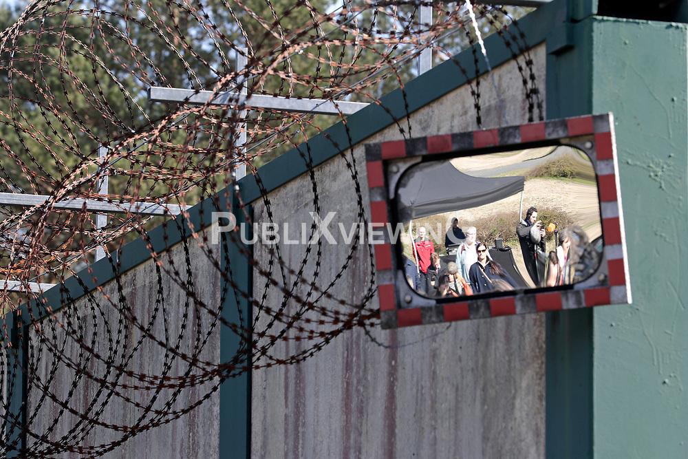 Sicherungsanlagen an der Betonmauer rund um das Bergwerk in Gorleben.<br /> <br /> Ort: Gorleben<br /> Copyright: Andreas Conradt<br /> Quelle: PubliXviewinG