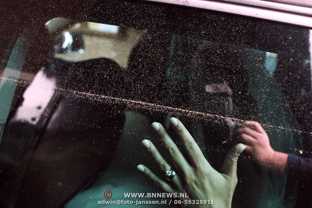 NLD/Overveen/20070921 - Huwelijk Ruud de Wild en Aafke Burggraaff, Ruud + Aafke achter in de auto, trouwring