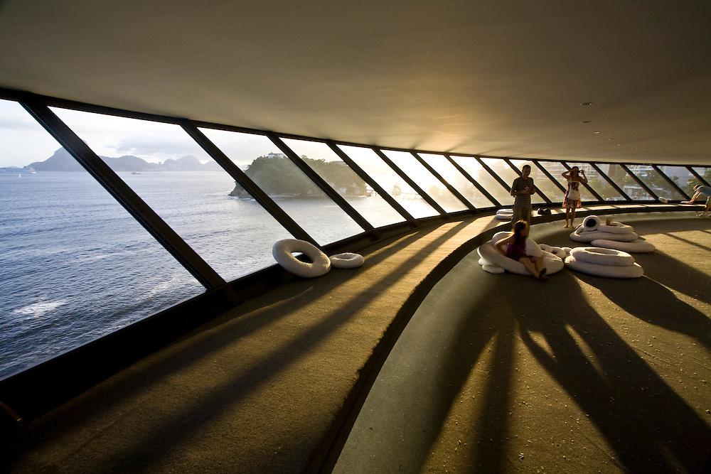 Niteroi_RJ, Brasil...Turistas no Museu de Arte Contemporanea (MAC), de Oscar Niemeyer, em Niteroi...Tourists in the Museu de Arte Contemporanea (MAC), of Oscar Niemeyer, in Niteroi...Foto: JOAO MARCOS ROSA / NITRO