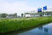 Bij Zevenaar rijdt verkeer over de A12 richting Duitsland. Boven de borden zijn camera's aangebracht voor trajectcontrole.<br /> <br /> Near Zevenaar traffic on the A12 towards Germany. Above the signs are cameras put for speed checking over a longer distance.