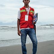 Enrique Ortiz tiene 12 años vendiendo paquetes turisticos. Cuestan 50.000 pesos colombianos. El paquete te lleva a la Isla de Rosaria y Playa Blanca barú en 45 minutos desde Playa Hollywood. Vende 20 paquetes al dia y se lleva 5% de comisión. El no usa protector.