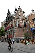 """Foto genomen in den Haag, Politieke hoofstad van Nederland.<br /> <br /> Photo taken in The Hague, Political Capitol of the Netherlands<br /> <br /> Oude Stadhuis: in 1565 gebouwd op de kelders van het middeleeuwse Hof van Brederode, waarin rond 1450 het """"dorpshuis"""" werd gevestigd. Een van de oudste voorbeelden van de renaissancestijl in de noordelijke Nederlanden. Het complex werd uitgebreid in 1968-'75. Het 16e en 17e eeuwse gedeelte heeft rijke interieurs uit de bouwtijd. Dagelijkse Groenmarkt. <br /> <br /> The Former City Hall"""